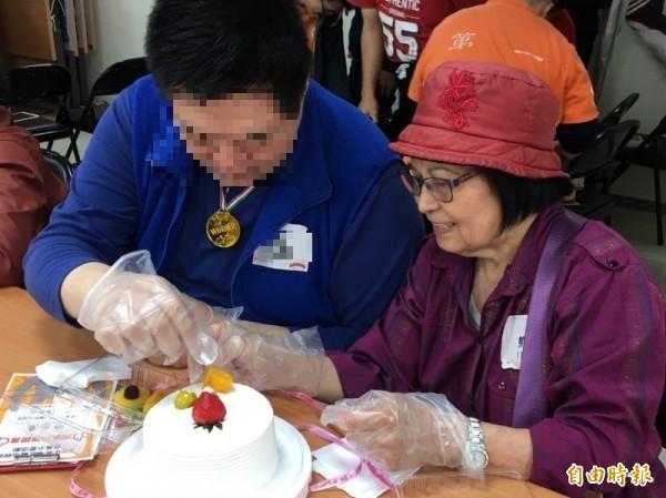第一社福基金會今舉辦「登高示愛」活動,邀請心智障礙幼兒及成人與母親同樂。(記者楊綿傑攝)