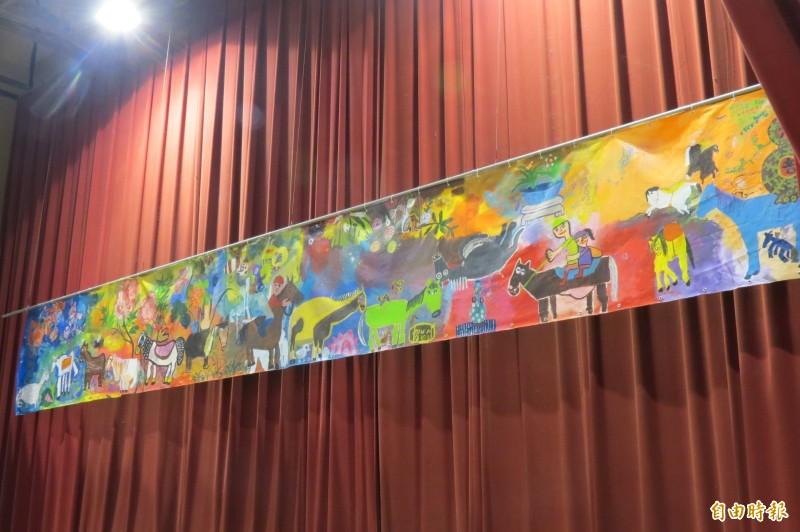 中特學生把參觀故宮與花卉、馬匹有關的文物後創作出九公尺畫作展現學習心得。(記者蘇孟娟攝)