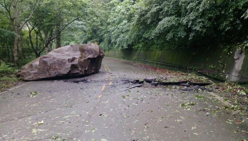 連日大雨導致南庄山區巨石崩落,佔據一個車道,並將道路砸出一個大坑。(記者鄭名翔翻攝)