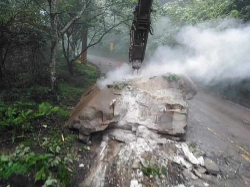 公所出動碎石機將15噸巨石擊碎、清除,今早恢復雙向通車。(記者鄭名翔翻攝)