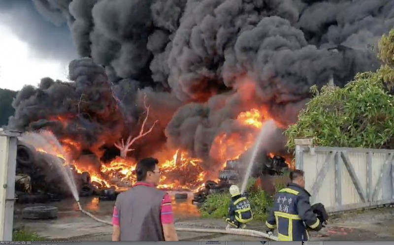 台中后里區一家廢棄輪胎倉庫火警,大量黑煙竄升天際,如黑色龍捲風,相當嚇人。(記者蔡淑媛翻攝)