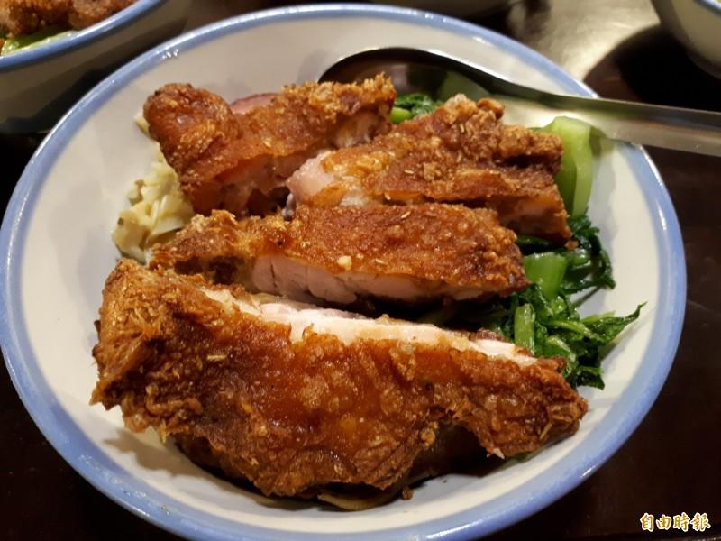 新竹市厚道飲食店內以大碗公裝飯和古早味排骨及香酥雞腿和好吃焢肉,美味的滋味,讓人大大滿足。不管是排骨還是雞腿或焢肉,都厚實飽滿。(記者洪美秀攝)