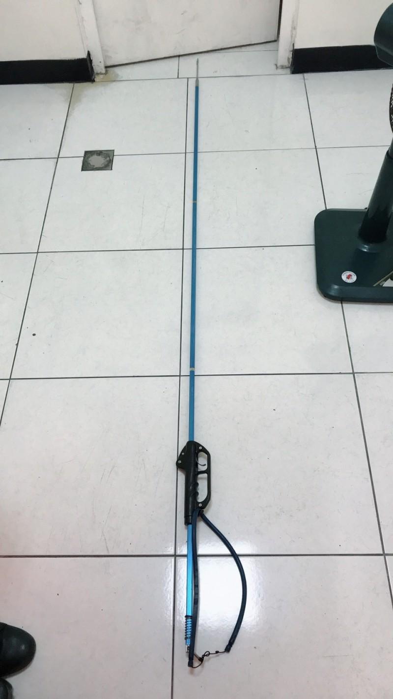 疑似兇器、長達237公分的彈力魚叉。(記者陳彥廷翻攝)