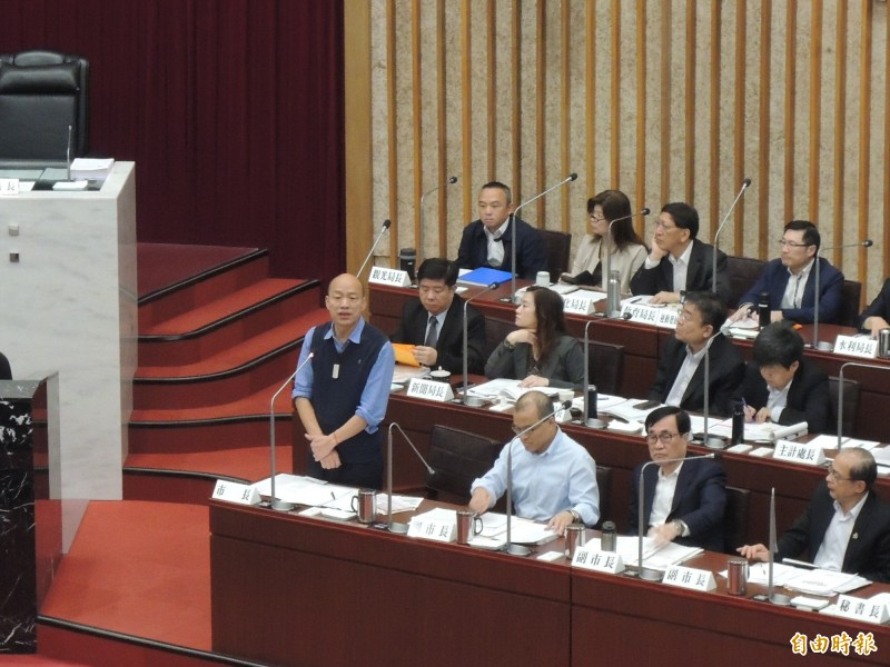 高雄市長韓國瑜在高雄市議會接受總質詢時,連續三天出現答非所問情況,網友匯整成經典橋段,強調「一次給你滿滿的韓導」。(記者王榮祥攝)