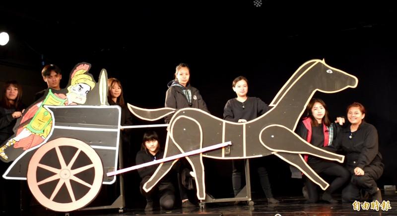 至善高中幼兒保育科推出黑光偶戲作品「叩叩叩禮物來了」。(記者李容萍攝)