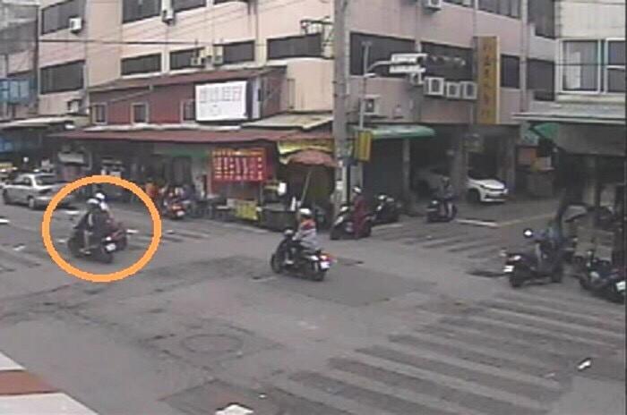 兩輛機車在圖中路口發生碰撞。(記者許國楨翻攝)