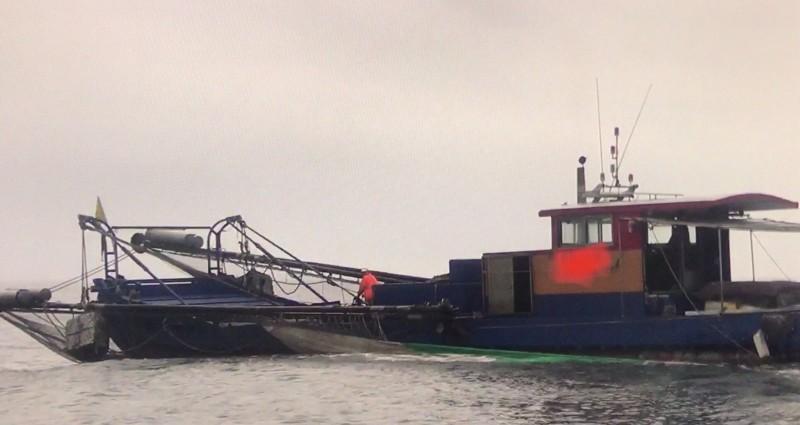 宜蘭頭城外海今凌晨有漁船違規捕撈魩鱙魚,海巡獲報後前往取締。(記者張議晨翻攝)