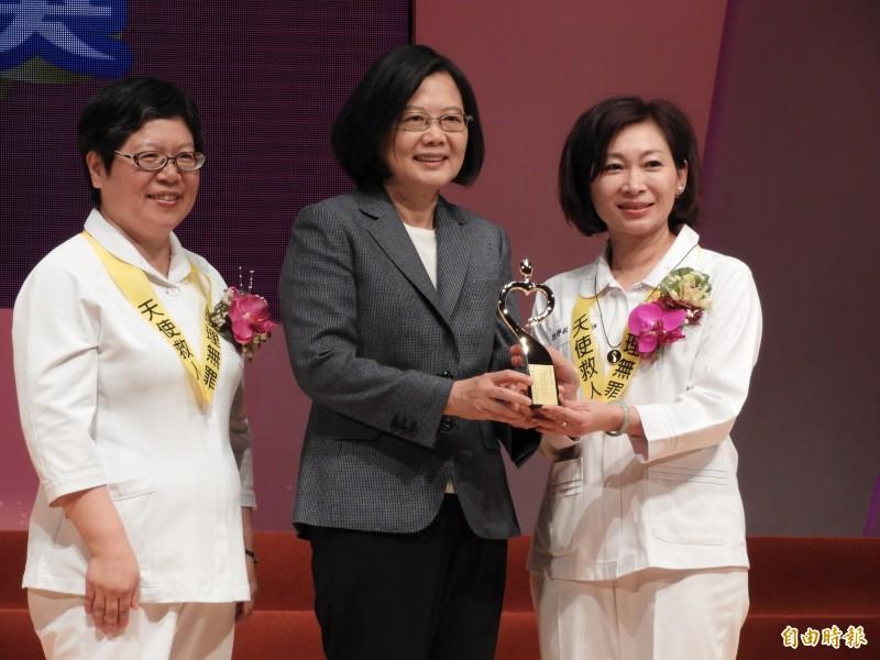 蔡英文總統今天出席國際護師節活動並進行頒獎。(記者賴筱桐攝)