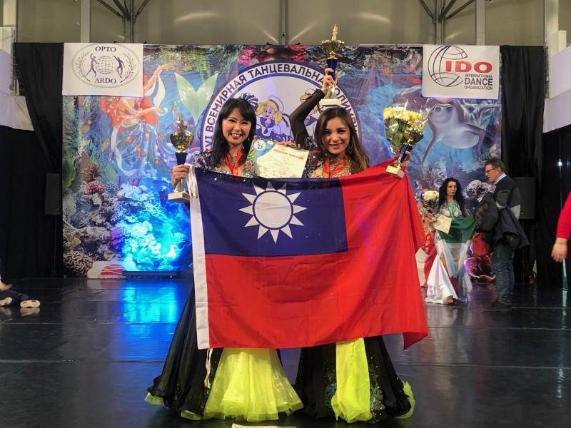 王育蒨(左)、詹碧雲(右)事先備妥我國國旗,在連續3次上台接受頒獎時,也將國旗帶上台飄揚。(創舞極致舞團提供)