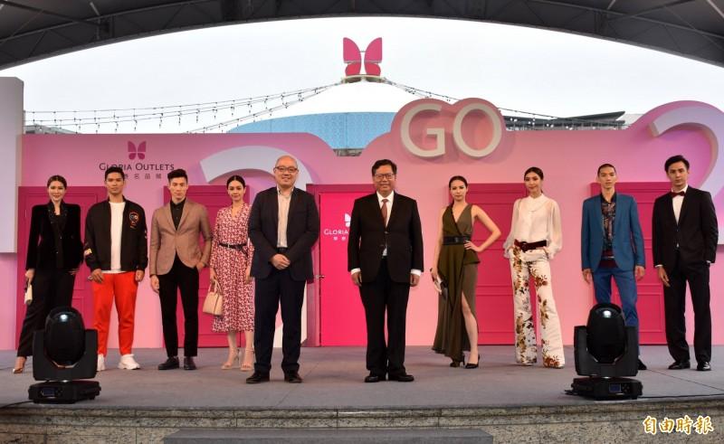 鄭文燦(前排中右)、華泰執行長陳炯福(中左)和模特兒在舞台「任意門」主持開幕活動。(記者李容萍攝)