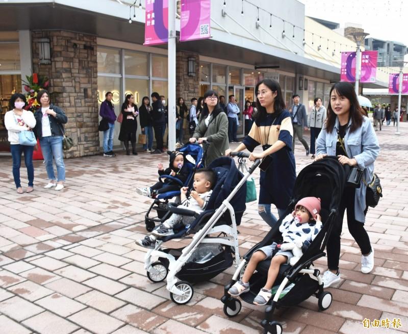 華泰名品城擁有園區戶外商場的空間特性,吸引家庭客到訪。(記者李容萍攝)