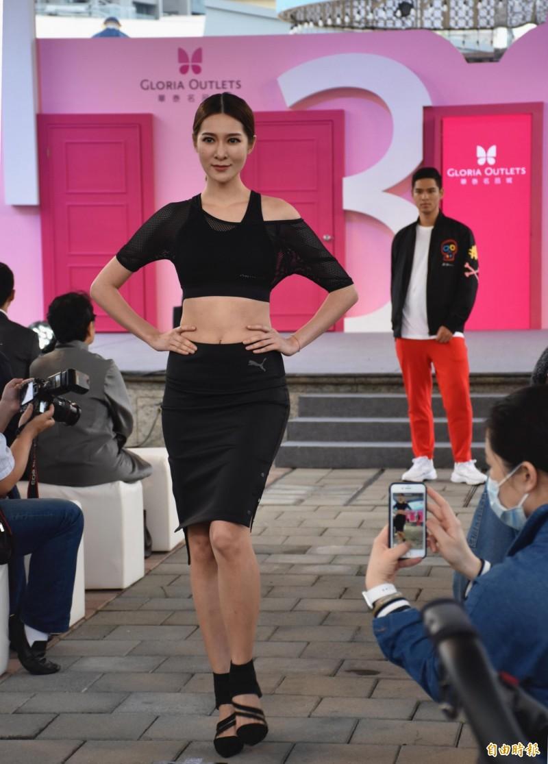 模特兒穿上新進駐的品牌走秀是開幕活動亮點之一。(記者李容萍攝)