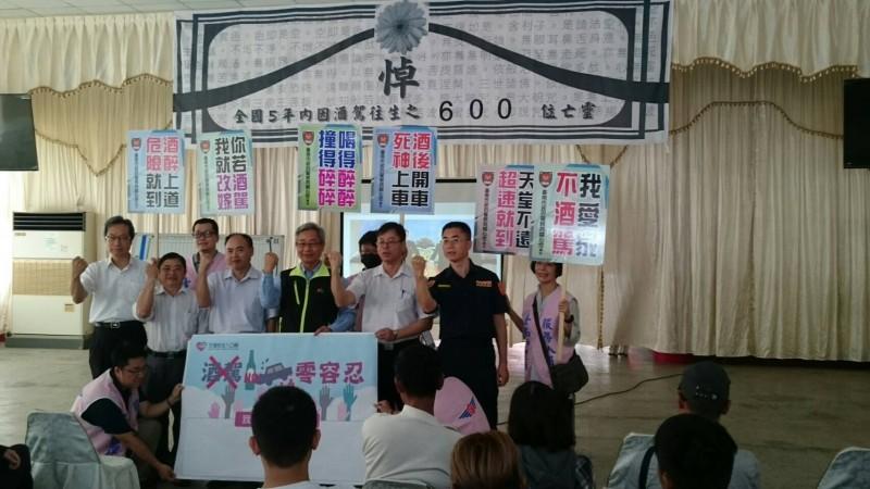 台南監理站酒駕再犯者道安講習班首度移到殯葬所上課,同時哀悼5年來全國酒駕死亡車禍的逾600名亡者。(記者王俊忠翻攝)