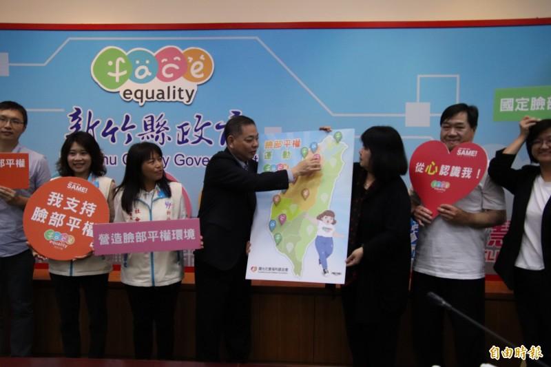 新竹縣副縣長陳見賢(左4)代表縣府簽署臉部平權的承諾,在全台地圖貼上新竹縣,成為全台第11個支持這個運動的城市。(記者黃美珠攝)