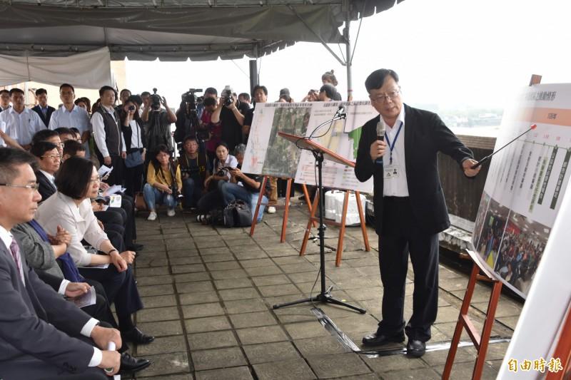 總統蔡英文(左2)聽取內政部營建署主秘王東永(右)簡報「高雄新市鎮設置第二科學園區進度」。(記者蘇福男攝)