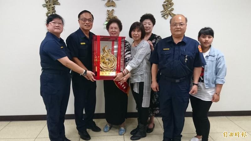 88歲江游笑(左三)代表台南市警局獲選全國警察模範母親。(記者楊金城攝)