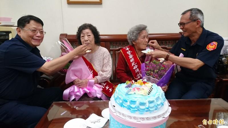 兒子為二位台南市警察模範母親餵食蛋糕表達感謝。(記者楊金城攝)