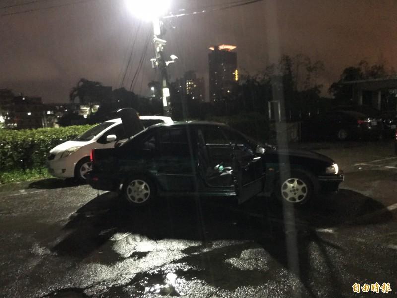 基隆市南靈宮停車場昨晚發生歹徒駕車蓄意撞死人命案,另一輛墨綠色轎車仍停在停車場內,駕駛與車上乘客已落跑。(記者林嘉東攝)