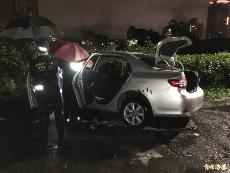 鑑識人員在銀色轎車車內進行採證,找尋車上是否遺留毒品等物品。(記者林嘉東攝)
