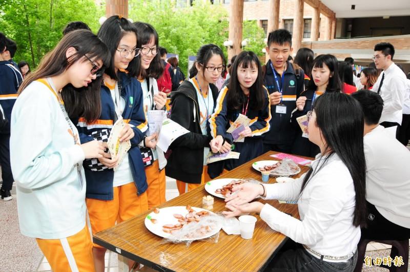 靜宜大學食品營養學系成果展,邀請高中生參觀。(記者張軒哲攝)