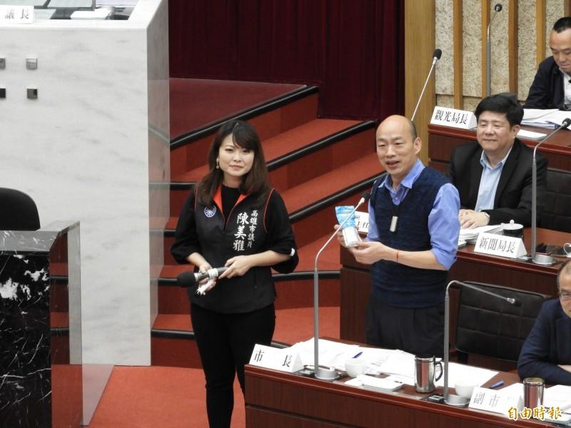 國民黨議員陳美雅(左),送韓國瑜防曬乳。(記者葛祐豪攝)
