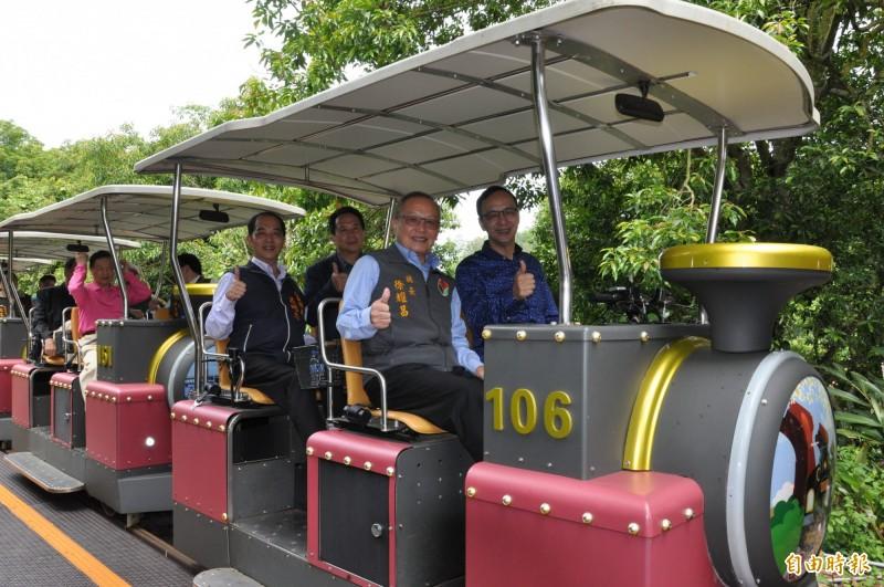 爭取國民黨總統提名的前新北市長朱立倫(前排右),在苗栗縣長徐耀昌(前排左)陪同下,搭乘鐵道自行車。(記者彭健禮攝)