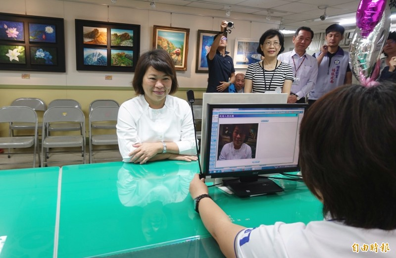 嘉義市長黃敏惠到東區戶政所測試人臉辨識系統。(記者丁偉杰攝)