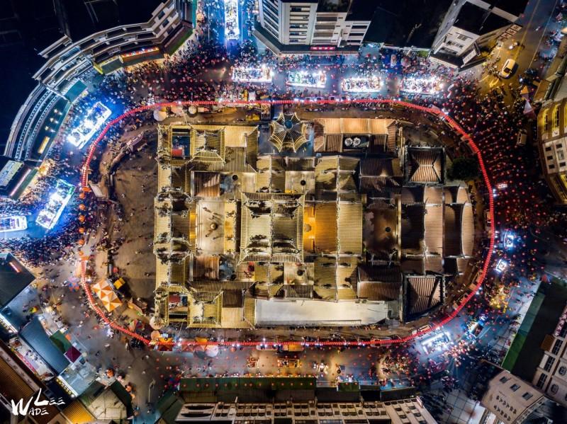 嘉義空拍攝影玩家Wade Lee拍下的北港朝天宮陣頭、真人藝閣遊行畫面,有如一座大跑道。(Wade Lee提供)