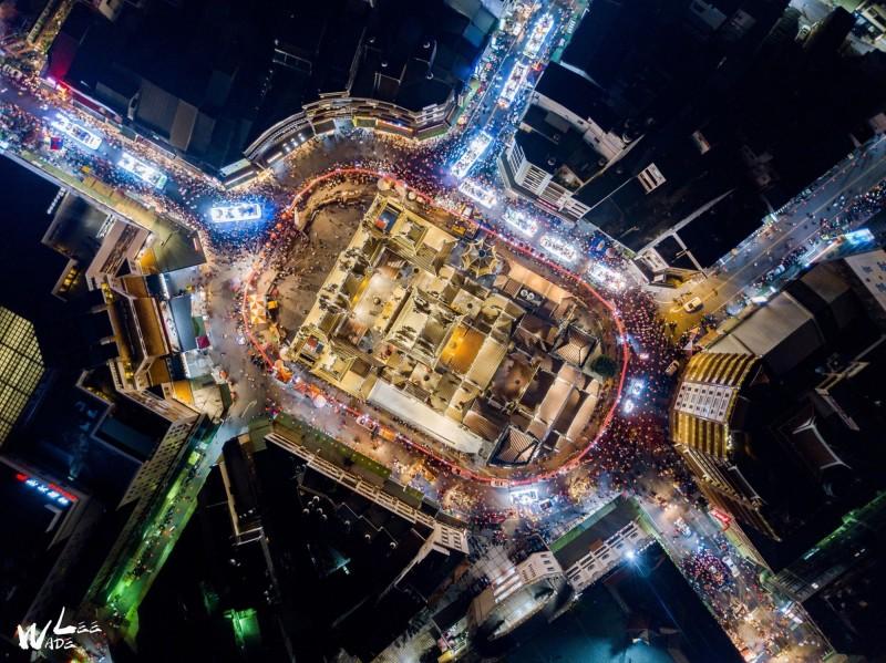 嘉義空拍攝影玩家Wade Lee拍下的北港朝天宮陣頭、真人藝閣遊行畫面。(Wade Lee提供)