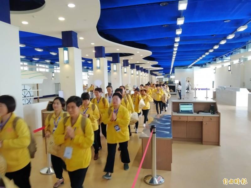 旅運中心入境大廳亂象叢生,讓中國旅客看笑話。圖為入境的中國旅客。(記者洪定宏攝)