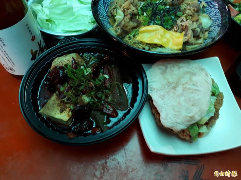 新竹市東門市場內的美食已成為遊客必造訪的美食地圖,有40家以上的平民美食,邀請民眾來品嚐,感受東門市場年輕風。(記者洪美秀攝)