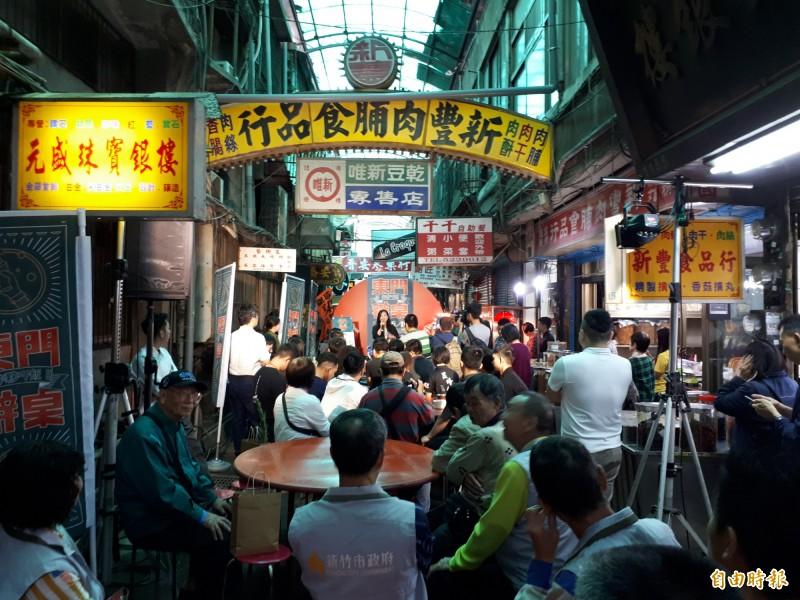 新竹市政府18日在東門市場將封街辦桌,邀民眾一起作夥呷飯,有超過40攤平民美食,還有樂團表演。(記者洪美秀攝)