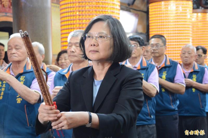 總統蔡英文今天下午到花蓮市聖天宮參拜。(記者王峻祺攝)