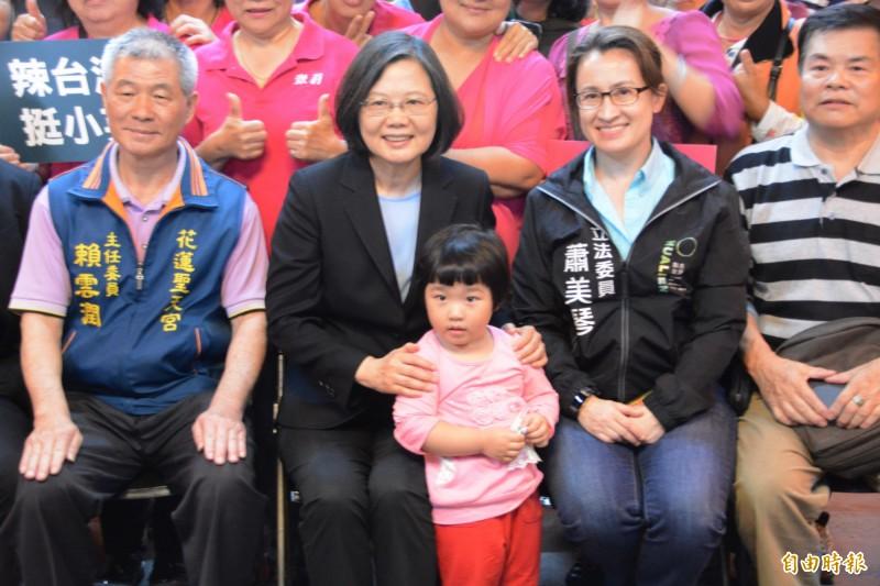 總統蔡英文和支持民眾合影,展現高度親和力。(記者王峻祺攝)