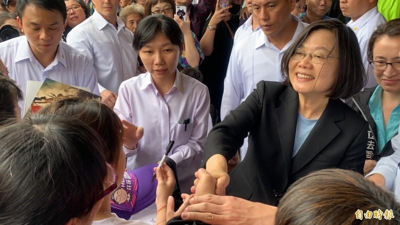 總統蔡英文今到花蓮,支持民眾夾道歡迎,頻頻要求握手簽名。(記者王峻祺攝)