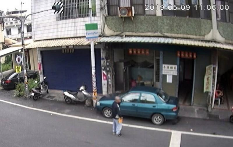 老翁手拿裝有現金12萬的袋子準備放置到車子旁。(翻攝畫面)