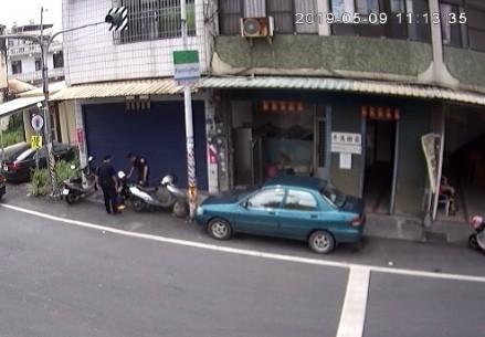 車手拿了錢馬上就落網。(翻攝畫面)