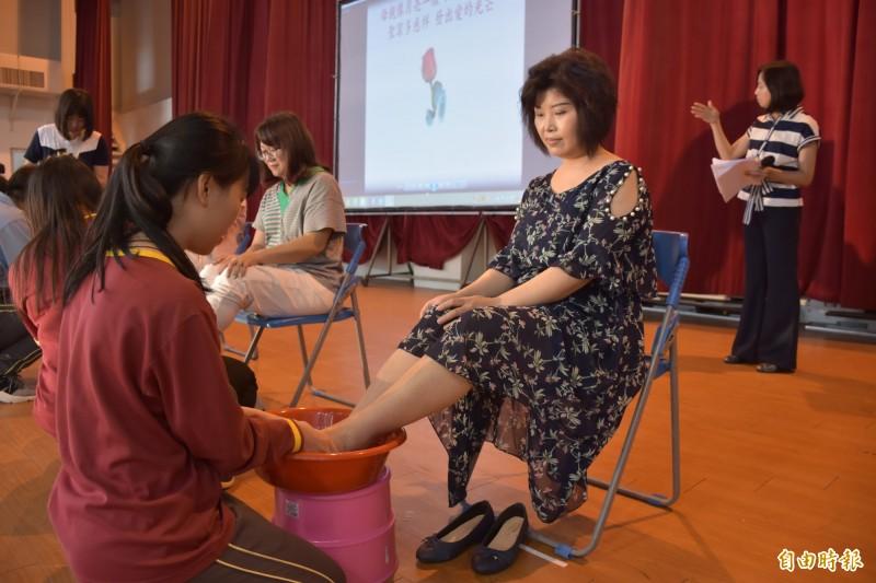 虎尾大成商工讓學生為母親奉茶洗腳。(記者廖淑玲攝)