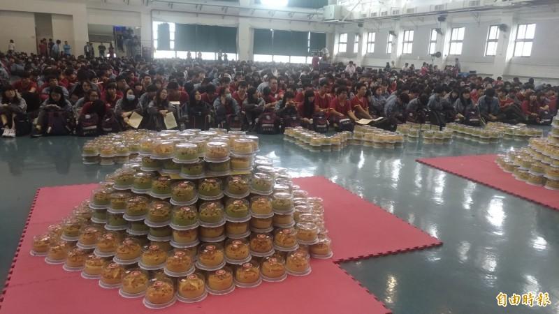 虎尾大成商工為全校2000名師生準備一份母親節蛋糕。(記者廖淑玲攝)