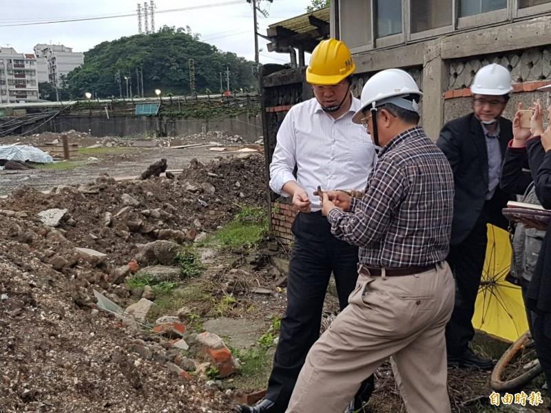 基隆市長林右昌接獲和平島考古團隊挖到史前貝塚及十三行遺址粗繩紋陶的消息,趕到現場查看。(記者林欣漢攝)
