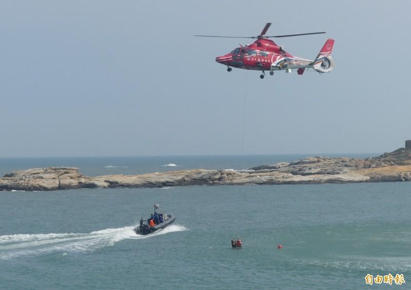 第9岸巡隊在金門舉辦海上救生救難演練,出動直升機配合海上船艇展開施救作業。(記者吳正庭攝)