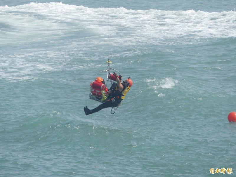 金門海上救生救難演練,加入「吊掛救援」課目,施救者與被救者命懸一線,過程驚險。(記者吳正庭攝)