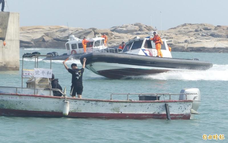 第9岸巡隊在金門復國墩舉辦救生救難演練,以熟練的操舟技巧展開快艇救援作業。(記者吳正庭攝)