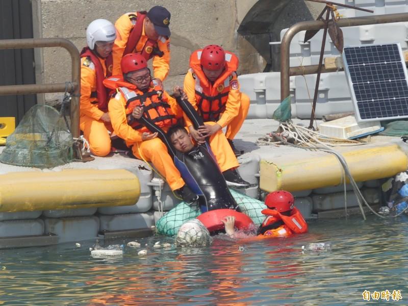 第9岸巡隊在金門復國墩漁港舉辦海上救生救難演練,參演人員認真,增加演習擬真度。(記者吳正庭攝)