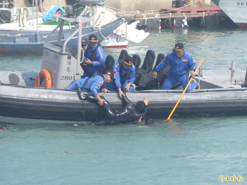 金門兩棲偵察營弟兄加入復國墩漁港舉辦的海上救生救難演練。(記者吳正庭攝)