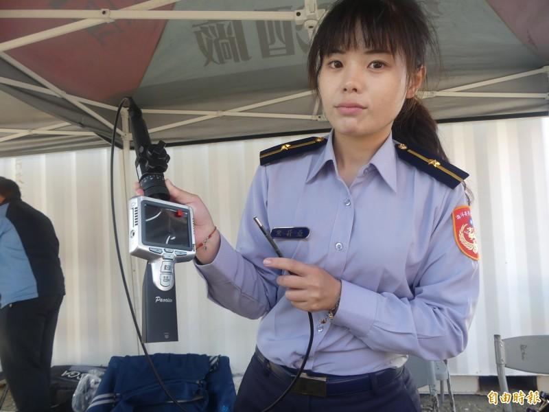 第9岸巡隊展示的「電子內視檢查搜索鏡」,可以作為貨物檢查及海上救難之用。(記者吳正庭攝)