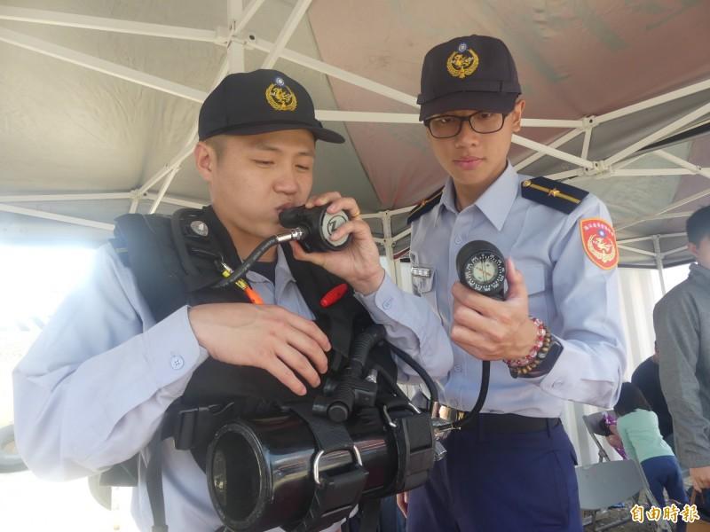 第9岸巡隊展示的「快潛戰術水肺系統裝備」,使用者必須在15秒內穿戴完成。(記者吳正庭攝)