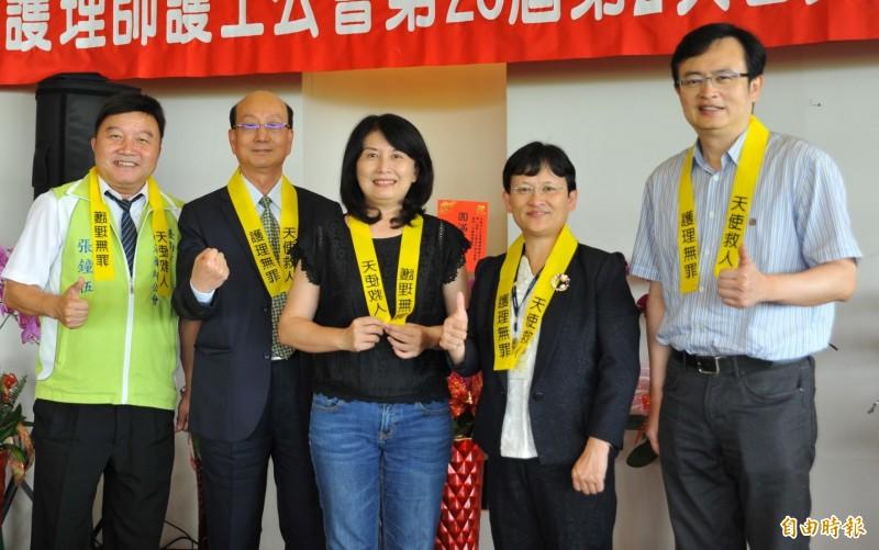 台南市長夫人劉育菁(中)也響應護理全聯會發起的「天使救人、護理無罪」連署活動,一同與醫護團體代表配戴黃絲帶。(記者楊金城攝)