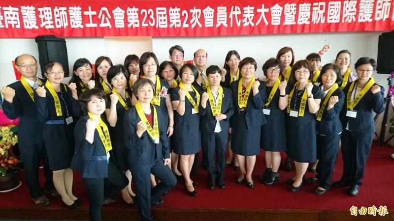 大台南護理師護士公會響應護理全聯會發起的「天使救人、護理無罪」連署活動,佩帶黃絲帶。(記者楊金城攝)
