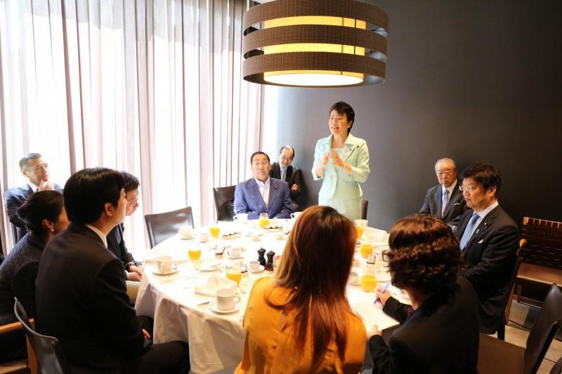 前行政院長賴清德10日上午與前少子女擔當大臣有村治子(站立者)等6名參眾議員進行早餐會。(賴清德行動辦公室提供)